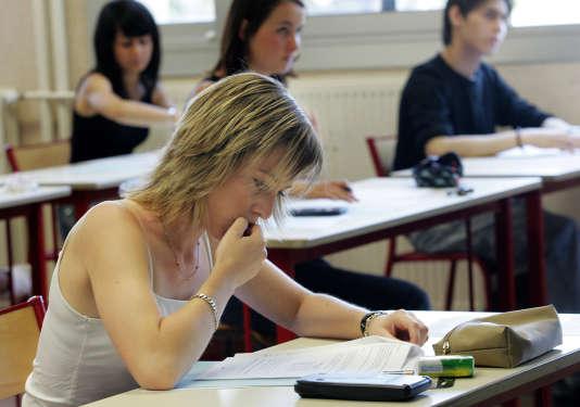 Une candidate au baccalauréat 2006, découvre son sujet, le 12 juin 2006 dans un lycée de Marseille lors de la première journée de l'examen. AFP-PHOTO BORIS HORVAT. / AFP PHOTO / BORIS HORVAT
