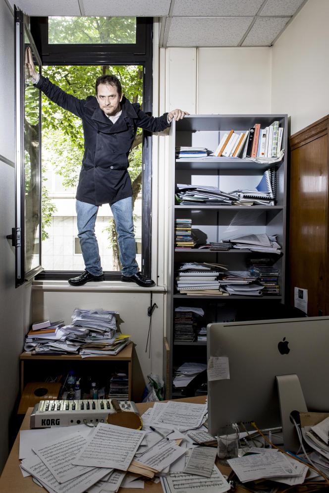 Le compositeur et pianiste Karol Beffa le 10 juin, à Paris, dans son bureau del'Ecole normale supérieure, où il est maître de conférence.