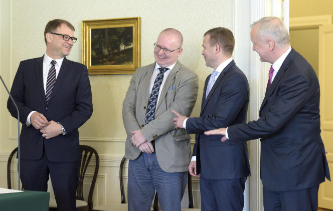 Des membres du gouvernement finlandais réunis pour la signature de l'accord de compétitivité, le 14 juin.