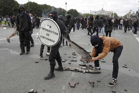 A la fin du cortège parisien aux Invalides, des manifestants ont arraché du goudron au sol pour en faire des projectiles.