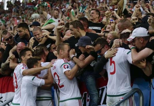 Les Hongrois célèbrent l'ouverture du score avec leurs supporteurs.