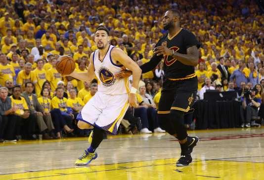 Les dribbles de Klay Thompson (Golden State Warriors), ici face à LeBron James (Cleveland Cavaliers), n'auront pas suffi, lundi13juin2016.