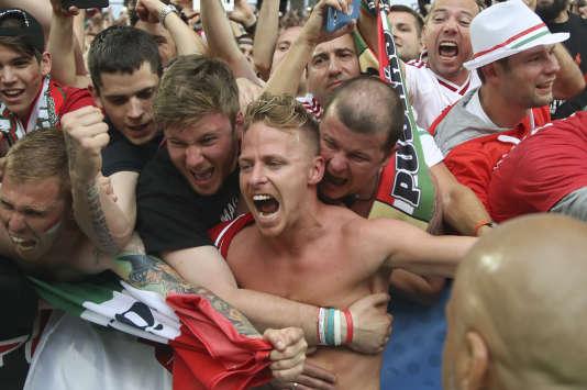 Balazs Dzsudzsak avec les supporteurs hongrois après la victoire.