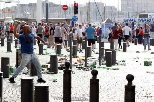 Un homme s'apprête à lancer une bouteille de bière avant le début du match entre l'Angleterre et la Russie, à Marseille, le 11 juin.
