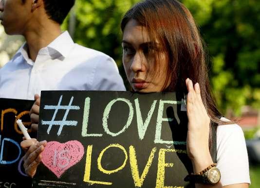Une manifestante, le 14 juin 2016, lors d'un rassemblement à la mémoire des victimes de la fusillade d'Orlando.