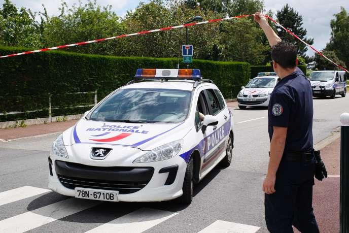 Un policier à Magnanville, le 14 juin.