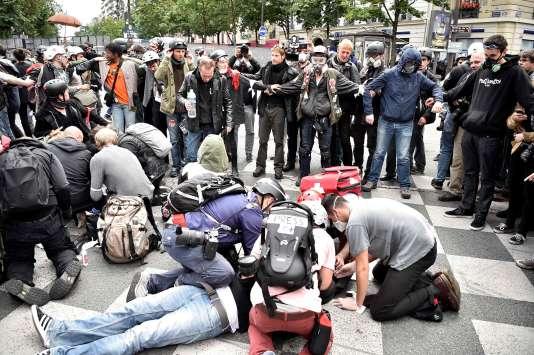 Alors que les forces de l'ordre avaient d'abord été soupçonnées, l'enquête se dirige vers un projectile lancé par d'autres manifestants.