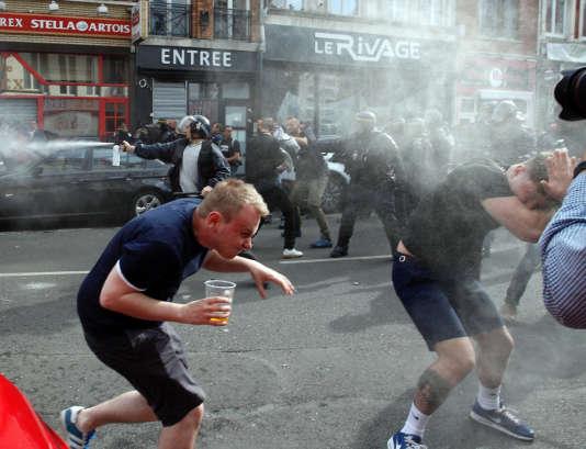 Gaz lacrymogènes et supporteurs britanniques le 15 juin après le match Russie-Slovaquie à Lille.