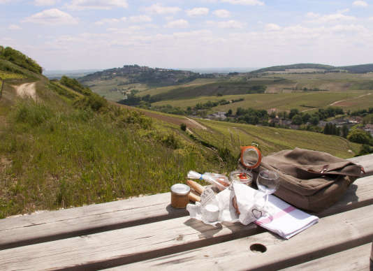 Balade dans les collines des Monts-Damnés, agrémentée d'un pique-nique composé de produits berrichons.