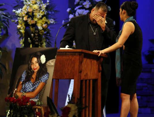 Reynaldo Gonzalez, le père de Nohemi Gonzalez, tuée à Paris dans les attaques du 13novembre, s'effondrelors de ses funérailles, le 4décembre, en Californie.