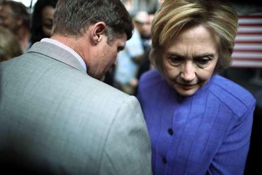 Hillary Clinton avec des partisans, à Hampton (Virginie), le 15 juin 2016.
