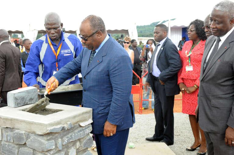 Le président gabonais Ali Bongo pose la première pierre, en octobre 2013, de la future école des Mines de Moanda, inaugurée le 6 juin 2016.