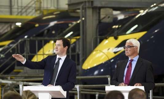 Le ministre des finances, George Osborne, et son prédécesseur, le travailliste Alistair Darling, en campagne pour le maintien du Royaume-Uni dans l'UE, le 15 juin.