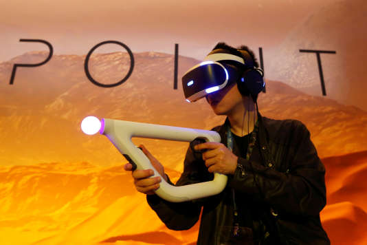 Un visiteur de l'E3 s'essaie à la réalité virtuelle sur le stand de Sony.