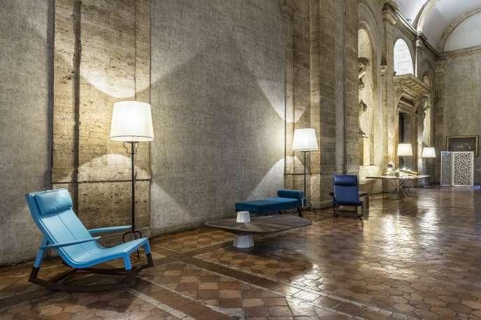 La table Wedwood de Fabrice Ausset et les fauteuils de Jean-Marie Massaud pour Poltrana Frau, dans la galerie« chancellerie» du Palais Farnèse, à Rome.