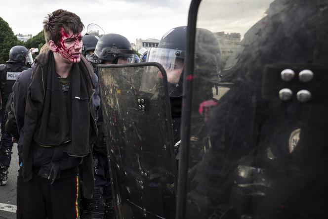 Un jeune manifestant blessé après avoir reçu un coup de matraque sur la tête, le 14 juin sur l'Esplanade des Invalides à Paris, lors de la manifestation contre la loi travail.