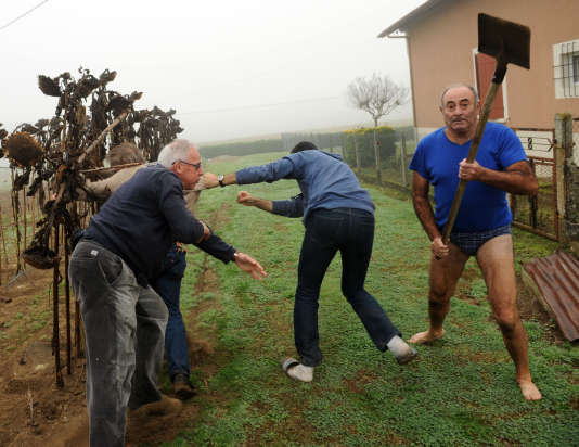 Le 9 novembre 2015, alors que des membres de la Ligue de protection des oiseaux (LPO) menaient une opération contre le braconnage des pinsons, ils ont été violemment pris à partie par des riverains, àAudon (Landes).