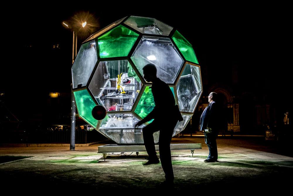 Le 14 juin 2016 à Saint-Etienne, fin de soirée sur la place Jean Jaurès où est installé un ballon géant de verre et d'inox.