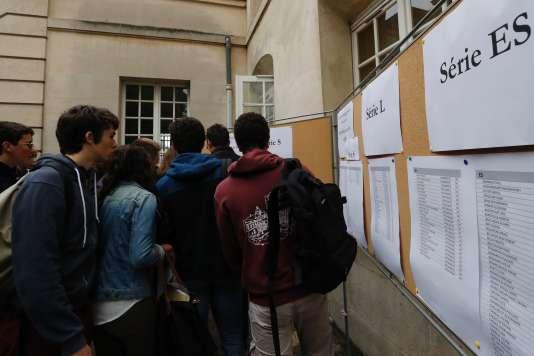 Entrée des épreuves de la série ES du bac 2016, au Lycée Charlemagne à Paris. / AFP / FRANCOIS GUILLOT