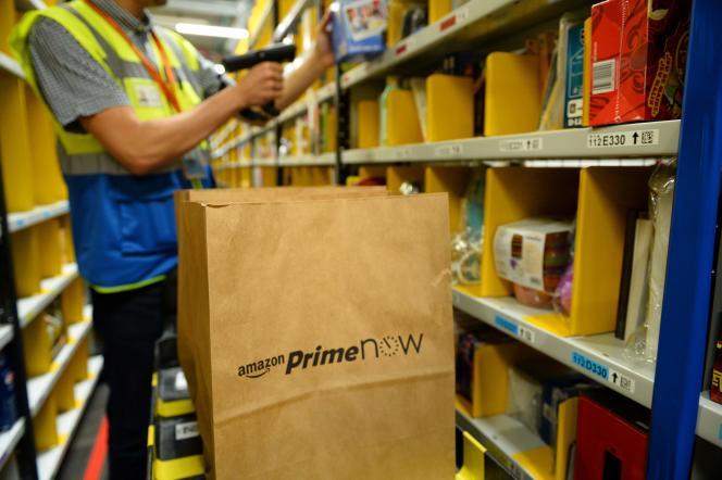 Le service de distribution express d'AmazonPrime Now :«En moins d'une heure, ses meilleurs clients Premium peuvent désormais se faire livrer près de 18 000 références» (Photo: entrepôt Amazon à Paris, le 9 juin).