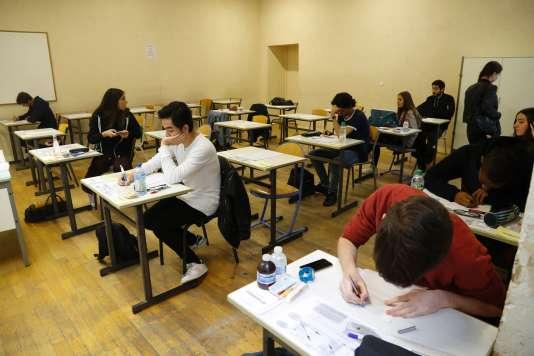 Des lycéens passent leur baccalauréat au lycée Charlemagne à Paris.
