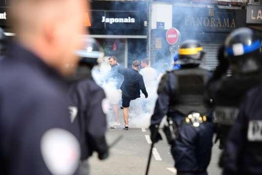 Gaz lacrymogène et supporteurs britanniques le 15 juin après le match Russie-Slovaquie à Lille, le 15 juin 2016.