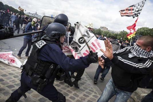 Des policiers chargent des manifestants, le 14 juin sur l'esplanade des Invalides à Paris, lors de la manifestation contre la loi travail.