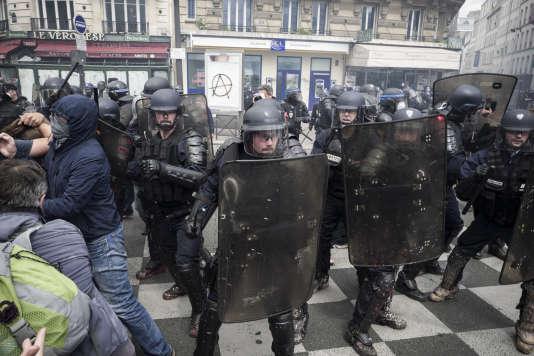 Des policiers chargent des manifestants à proximité immédiate de blessés gisant à terre et recevant les premiers soins, le 14 juin 2016 lors de la manifestation contre la loi travail à Paris.