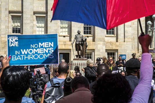 La « guerre des toilettes » est déclarée dans plusieurs Etats, où des manifestants refusent que les transgenres accèdent aux sanitaires de leur choix. Ici,en avril à Raleigh, Caroline du Nord.