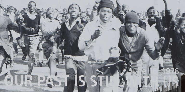 Une photo de Peter Magubane sur un mur faisant face à une école du township de Soweto.