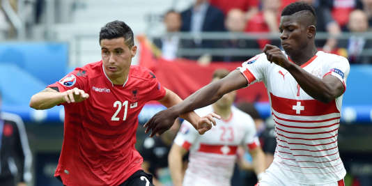 L'Albanais Odise Roshi aux prises avec le Suisse Breel Embolo le 11 juin à Lens.