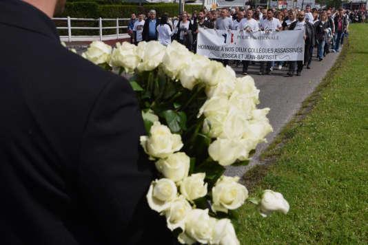 Pendant la marche entre le commissariat de Mantes-la-Jolie et le domicile des deux policiers tués, Jessica Schneider et Jean-Baptiste Salvaing, le 16 juin.