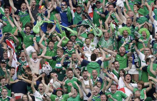 Des supporteurs de l'Irlande du Nord après le premier but de leur équipe, le 16 juin à Lyon.