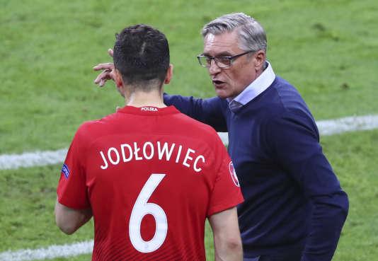 Adam Nawalka, sélectionneur de la Pologne, avec le défenseur Tomasz Jodłowiec lors du match contre l'Allemagne, le 16 juin, au Stade de France.