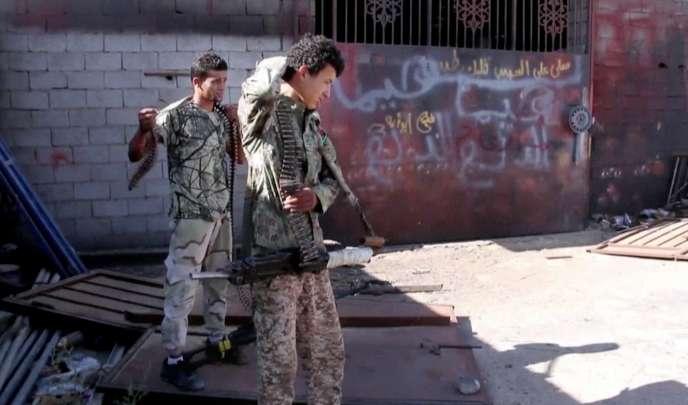 Des combattants de Misrata dans l'une des rues principales de Syrte.