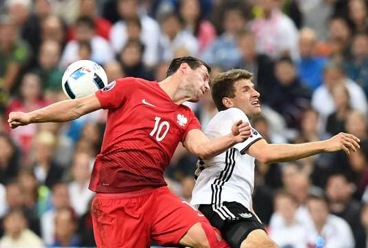 Grzegorz Krychowiak à la lutte avec Thomas Mueller, le 16 juin au Stade de France.