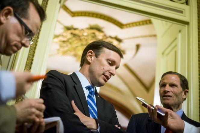 « Je suis fier d'annoncer qu'au bout de plus de quatorze heures, nous aurons un vote pour fermer la brèche terroriste » et sur la vérification des antécédents des acheteurs d'armes, a déclaré le sénateur Chris Murphy, sur Twitter.