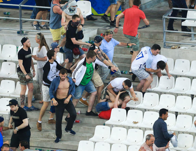 Des supporteurs russes s'en prennent à des supporteurs anglais au Stade-Vélodrome, le 11 juin 2016 à Marseille.
