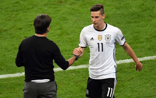 Le sélectionneur Allemand, Joachim Löw, et le milieu offensif Julian Draxler lors du match contre la Pologne (0-0), jeudi 16 juin, au Stade de France.