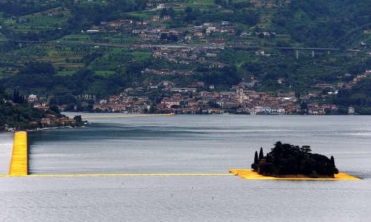 Deux cent mille cubes flottants ont été assemblés pour créer un ponton de trois kilomètres de long reliant la ville de Sulzano, sur la rive du lac, au petit îlot de Monte Isola.