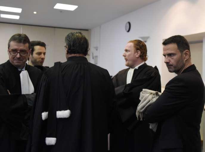 L'ex-traderJérôme Kerviel (à droite) avec ses avocats, à la cour de Versailles, le 15juin.