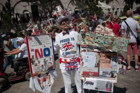 Un homme pose avec des drapeaux britanniques avant la visite du premier ministre David Cameron le 16 juin 2016.