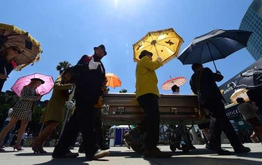 Devant le Centre de convention de Los Angles, une fausse procession funéraire pour la promotion du jeu « Mafia 3».