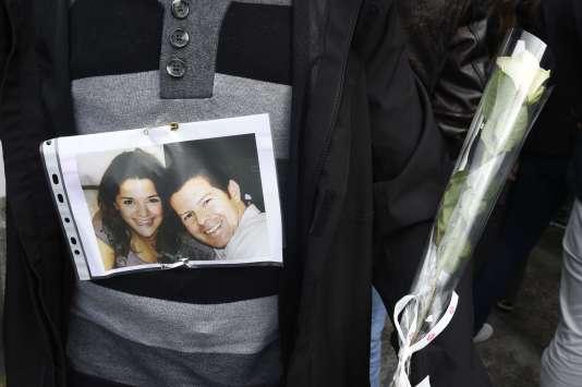 La photo des deux policiers assassinés à Magnanville, Jessica Schneider etJean-Baptiste Salvaing, lors de la marche de leurs collègues, le 16 juin.
