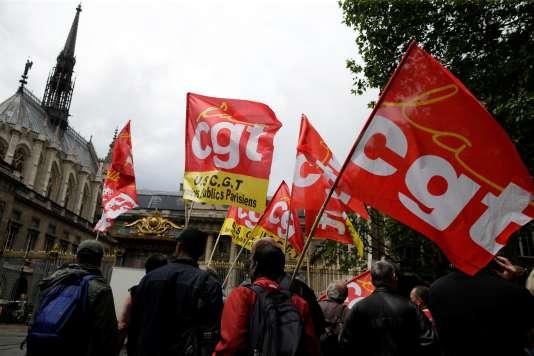 Des drapeaux de la Confédération générale du travail lors d'une manifestation le 16juin.