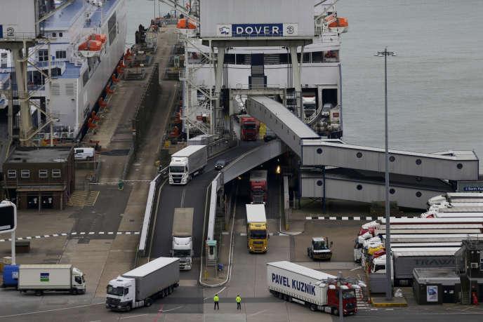 « Un camion de 38 tonnes rempli d'aide a réussi à passer mais la plupart des 250 voitures individuelles l'accompagnant ont été refoulées», a expliqué l'un des organisateurs du convoi.
