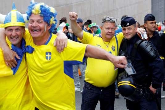 Des supporteurs suédois à la sortie du Stade de France (Seine-Saint-Denis) après le match nul (1-1) de leur équipe contre l'Irlande, lundi 13 juin.