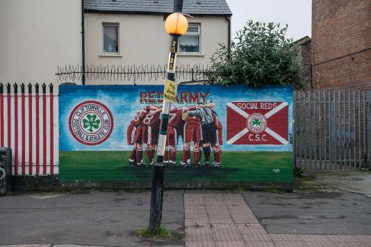 Fresque à l'effigie du club de Cliftonville, seule formation de première division dont les supporteurs sont majoritairement catholiques.
