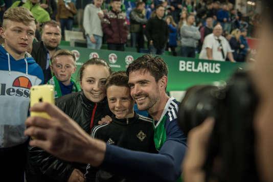Kyle Lafferty,attaquant de la sélection nord-irlandaise,avec des fans à l'issue de la victoire contre la Biélorussie (3-0), le 27 mai, à Windsor Park.
