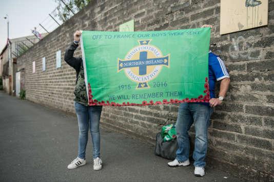 Des supporteurs avec un drapeau de l'équipe nationale commémorant les soldats nord-irlandais morts en France en 1916.